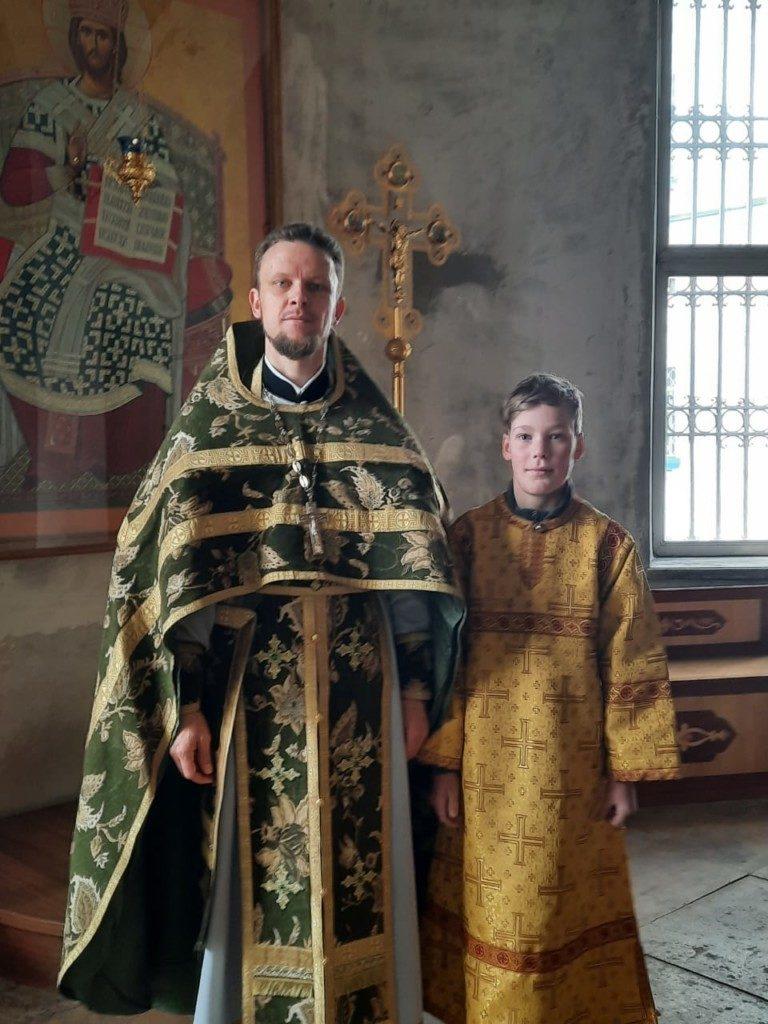 Облачение в стихарь юного пономаря собора Архангела Михаила