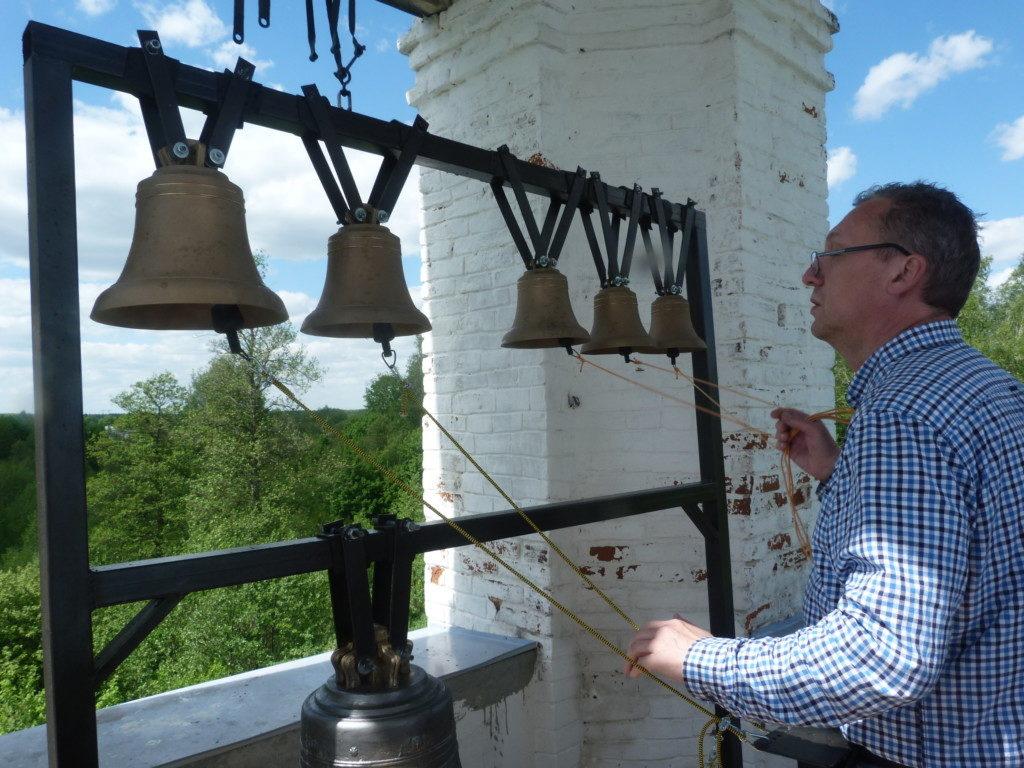 Установка колоколов в Никольском храме села Петровское